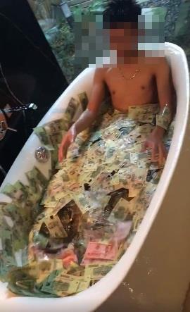 Thiếu nữ tắm trong bể tiền 500 nghìn gây xôn xao dân mạng
