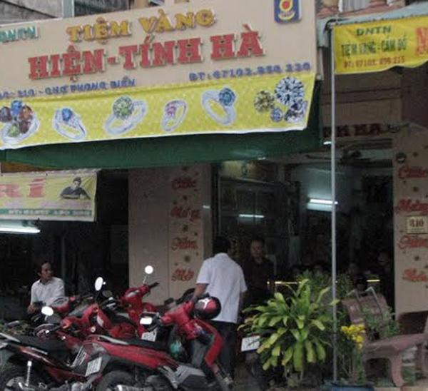 Băng siêu trộm vàng miền Tây ăn cơm trong nhà gia chủ
