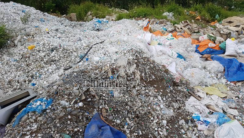 Núi rác thải y tế khổng lồ giữa làng chứa gì?