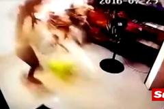 Phút kinh hoàng ô tô đâm xuyên nhà trúng 2 mẹ con