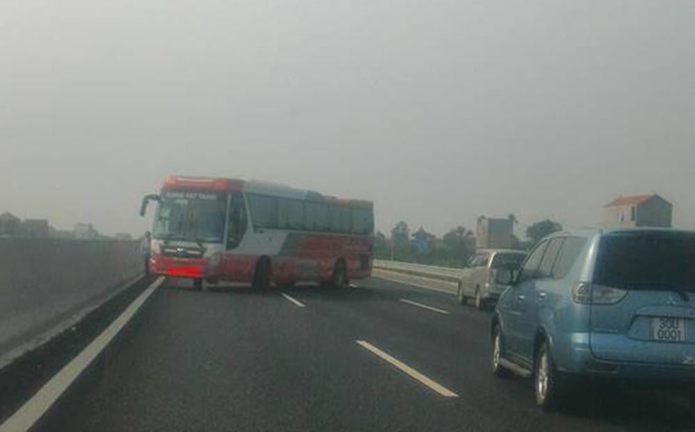 Xe khách bất ngờ đi ngược chiều trên đường cao tốc