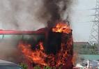 Xe khách cháy đùng đùng trên cao tốc Pháp Vân