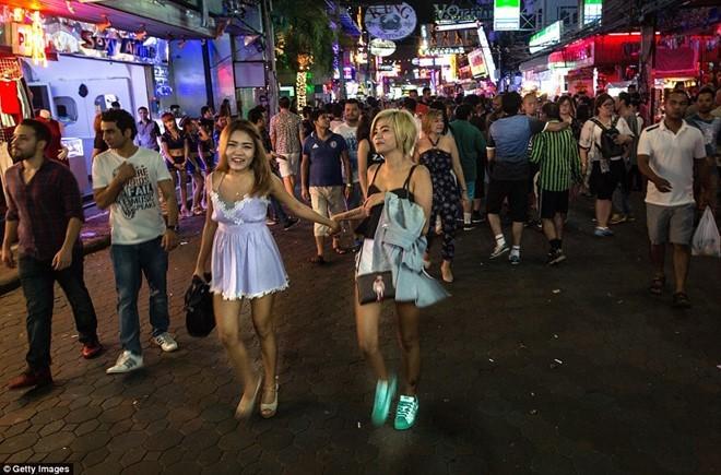 Cuộc sống về đêm ở phố đèn đỏ của Thái Lan