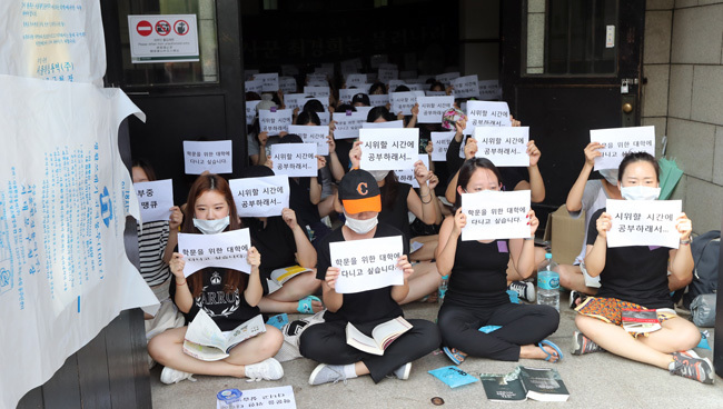 Sinh viên biểu tình 4 ngày phản đối hệ tại chức