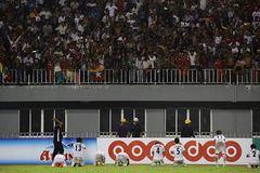 Cầu thủ nữ Myanmar quỳ xin CĐV đừng quậy phá