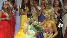 Tân Hoa hậu bị bung váy, không đội vừa vương miện