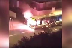 Xe buýt bị chặn đầu, đốt cháy bằng bom xăng ở Paris