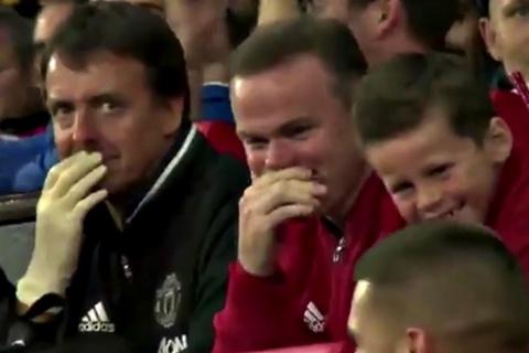 Bố con Rooney cười bò với pha bắt volley lỗi của Depay