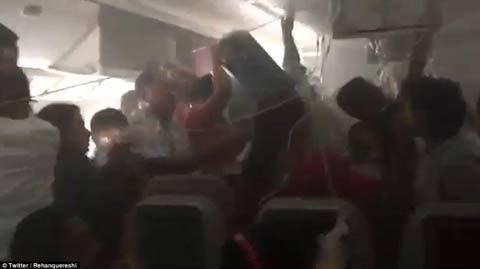 Máy báy bốc cháy ngùn ngụt, hành khách vẫn cố lấy hành lý