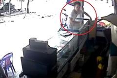 Trộm liên tiếp 2 chiếc điện thoại trước mặt chủ cửa hàng