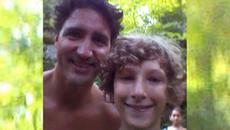 Thủ tướng Canada cởi trần chụp ảnh với dân
