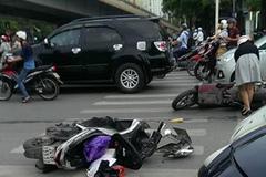 Hai cô gái bất ngờ bị ô tô đâm phía sau