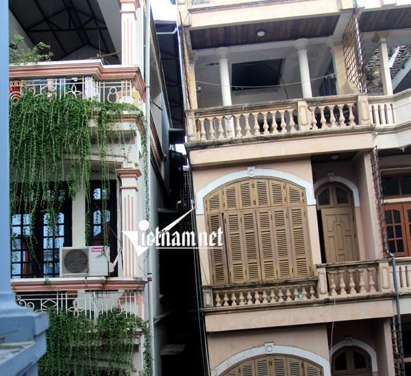 Hình ảnh rợn người ngôi nhà nghiêng chờ sập giữa Thủ đô