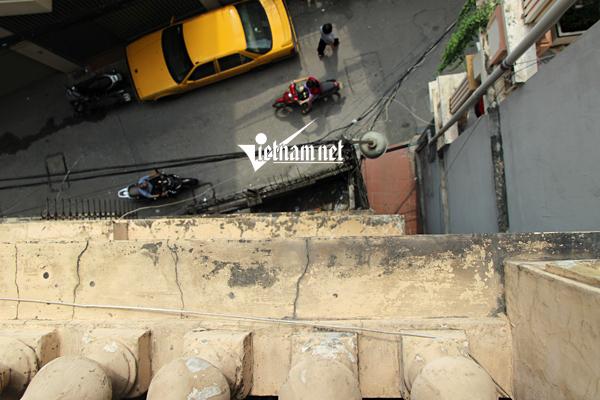 Chui vào nhà như tháp nghiêng: Nền vỡ vụn, tường nứt toác