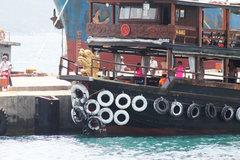 Tàu du lịch chìm trên Vịnh Nha Trang sau cú va chạm liên hoàn