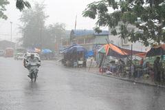 Miền Bắc mưa dông, có thể lốc xoáy trên Biển Đông