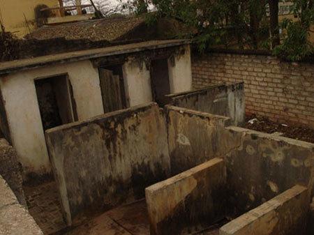 nhà vệ sinh bẩn, nhà vệ sinh trường học bẩn, con nhịn tiểu, con nhịn uống nước