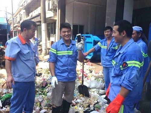 15 công nhân bới 5 tấn rác tìm điện thoại cho người đẹp
