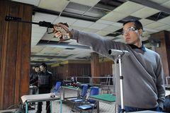 Chuyện khó tin: ĐT bắn súng phải vay đạn, tập bắn bia giấy