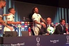 HLV Zidane ướt đẫm người trong buổi họp báo