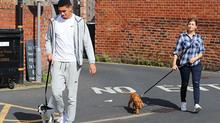 Smalling thảnh thơi cùng bồ già dắt thú cưng đi dạo