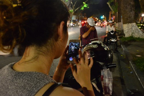 Hà Nội: Nửa đêm, chồng đèo vợ đi bắt Pokemon