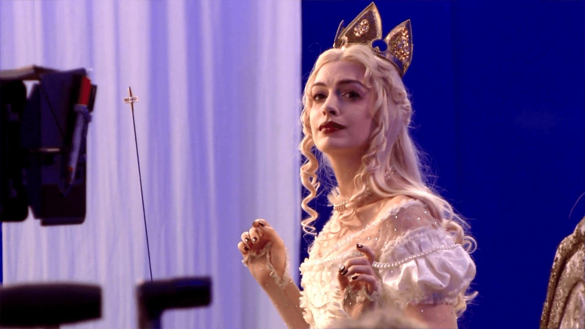 Phía sau hình ảnh lung linh của 'Alice ở xứ sở trong gương'