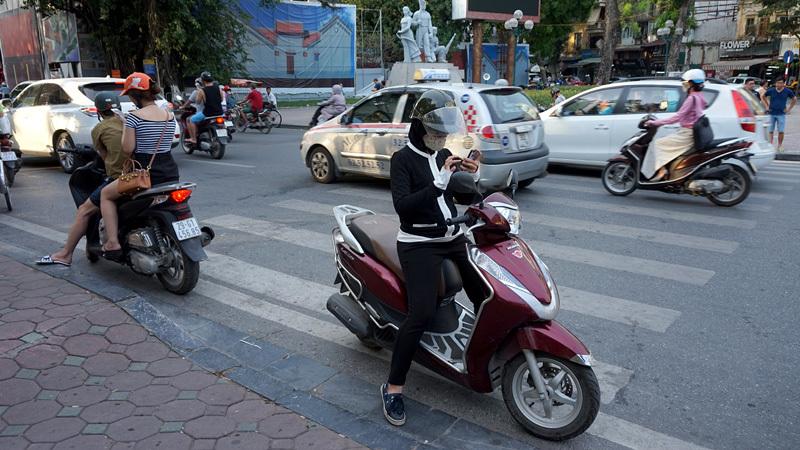 Pokemon Go, Giới trẻ, Hà Thành, Hà Nội, Thủ đô, đỗ dừng giữa đường, leo vỉa hè, truy bắt