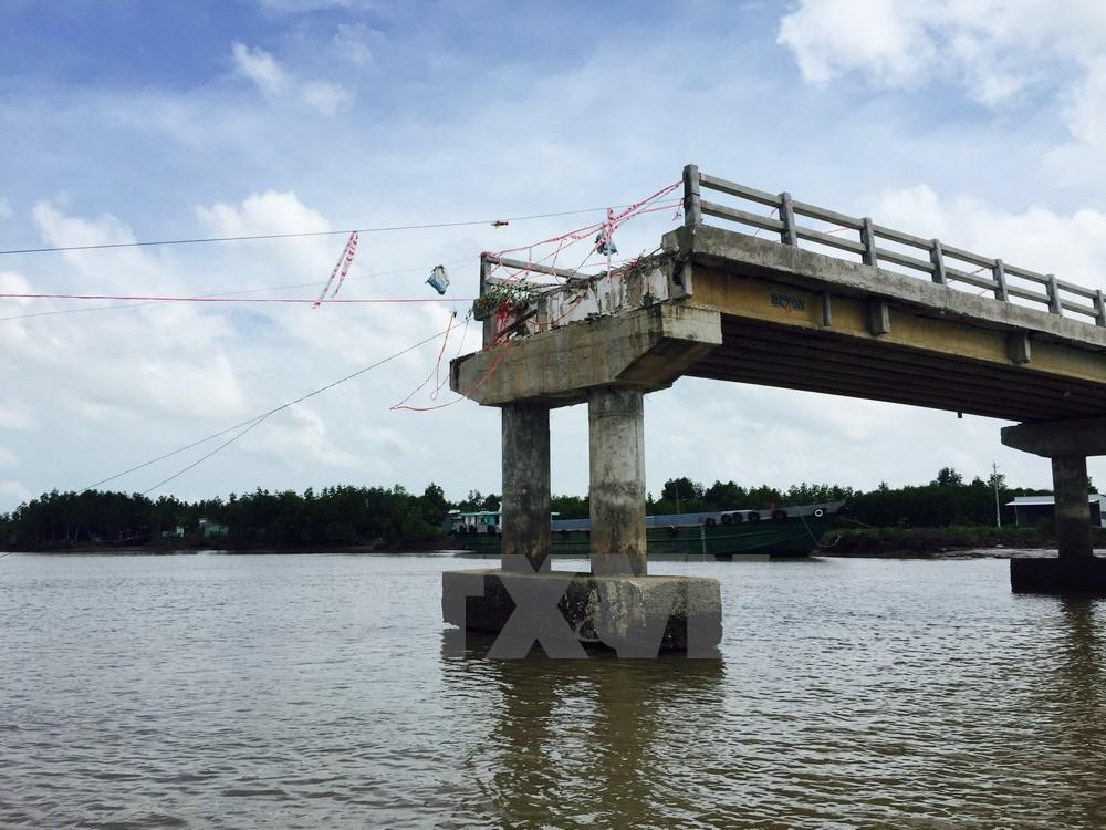Cầu 4 tỷ đồng vừa thông xe bất ngờ đổ sập