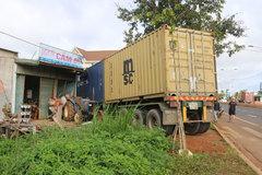 Container tông dải phân cách, húc sập nhà dân lúc rạng sáng