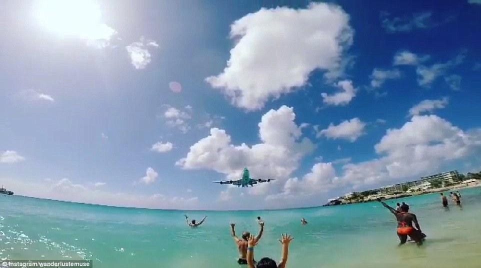 Đứng tim nhìn máy bay lượn sát đầu người