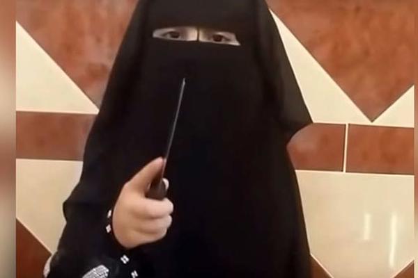 """IS tung video rùng rợn về """"nữ đao phủ nhí"""""""