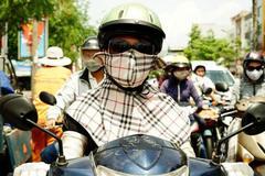 Tây choáng vì phụ nữ Việt trùm kín mít ra đường