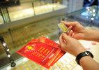 Cuối năm bung tiền: Đừng dại ôm vàng, tích USD