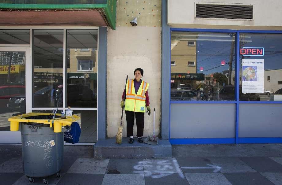 cụ bà, 67 tuổi, San Francisco, quét dọn, đường phố, báo Mỹ, nỗ lực, đam mê, trang trải cuộc sống