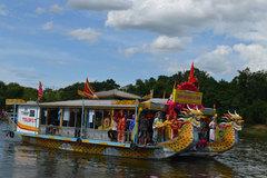 Hàng trăm thuyền rồng tham gia lễ rước Thánh mẫu trên sông Hương