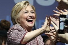 Bà Clinton kiếm hàng triệu USD chỉ trong năm 2015
