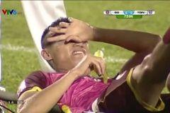 """Chết cười cảnh """"nằm cáng ăn chuối"""" của sao V-League"""