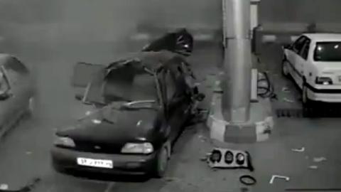 Ô tô bất ngờ nổ tung khi đang bơm xăng
