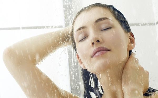 Chồng khóc khi phát hiện sự thật việc vợ đi tắm sau mỗi lần 'gần gũi'