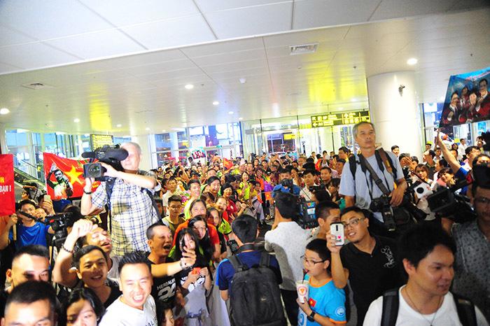 Hàng nghìn người chen nhau nghẹt thở đón Hoàng Xuân Vinh
