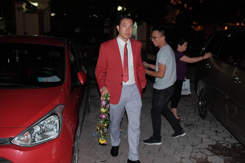 Hoàng Xuân Vinh khoe HCV và HCB Olympic với vợ con, hàng xóm