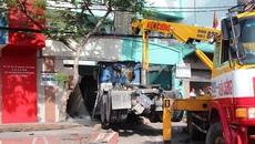 Xe đầu kéo cán chết người, tông sập nhà dân ở Sài Gòn