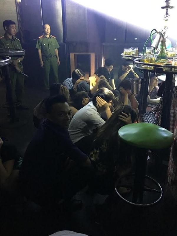 Đột kích quán bar khủng, tạm giữ hơn trăm dân bay đêm