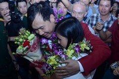 """Hoàng Xuân Vinh """"phá vòng vây"""" và cái ôm chặt vợ trong nước mắt"""