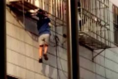 Xem 'người nhện' cứu em bé bị treo lơ lửng tầng 6