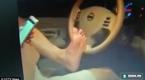 Rùng mình trước cảnh người đàn ông lái xe bằng chân trên đường