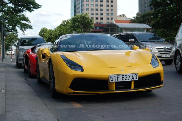 Sơn Tùng - Phan Hoàng đem cặp đôi siêu xe đỉnh cao khoe dáng trên phố