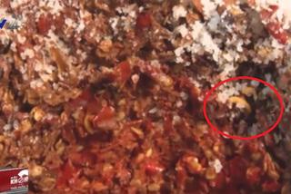 Clip gây sốc khiến bạn không bao giờ dám ăn tương ớt ngoài hàng quán
