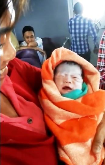 Vỡ òa phút sản phụ sinh con trên tàu cao tốc